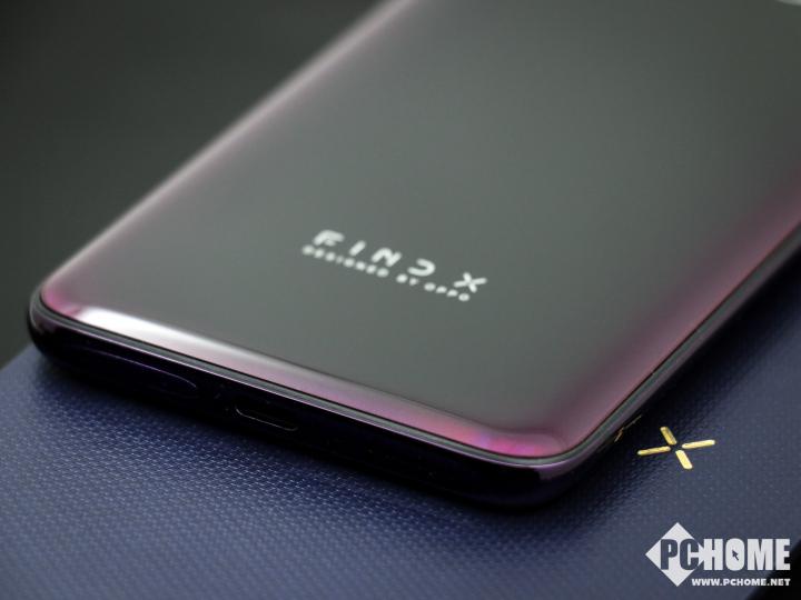 "OPPO Find X的屏幕采用""曲景全面屏""、""双曲面柔性屏""设计,没有刘海,拥有93.8%的超高屏占比。机身背面,采用了独特""3D叠层流光点彩""工艺,该机共有两种配色分别是波尔多红和冰珀蓝。"