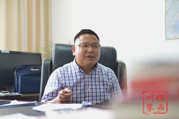 昭觉县委副书记、县长赫绍洪 罗加山 摄